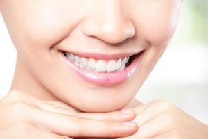 白い歯を見せて笑う女性