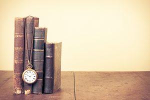 歴史を感じさせる古本と懐中時計