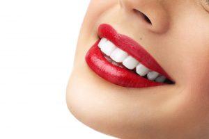 歯の白と口紅の赤