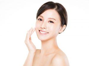 歯と肌がきれいな女性
