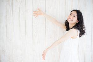 笑顔で手を広げている女性