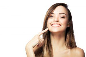 どや顔で自分の歯を指さす女性