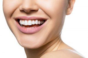 白い歯が印象的な女性
