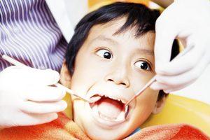 歯の治療を受けている少年