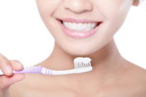 歯ブラシを持っている女性
