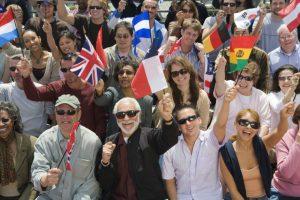 様々な国旗を持った人々