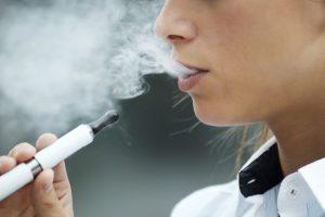 電子タバコを吸っている女性