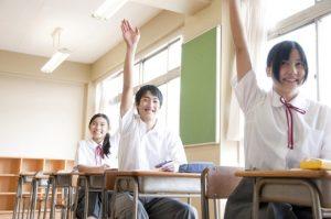 教室で生徒が手をあげている