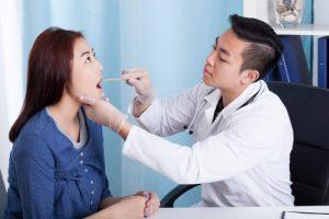 歯医者で検診を受ける女性