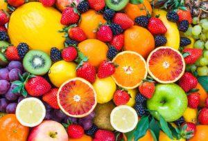 鮮やかな色をしたたくさんのフルーツ