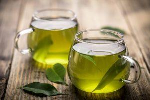 ガラスのコップに入った緑茶
