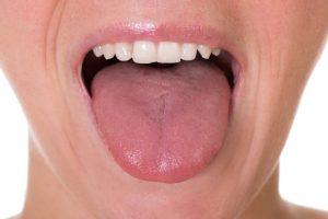 舌を思い切り伸ばしている人