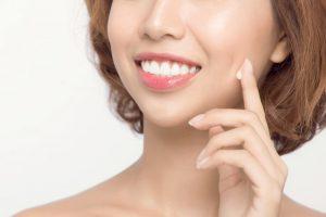 若々しい肌と白い歯の両方を併せ持っている女性