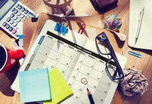 予定を手帳のカレンダーに書き込む