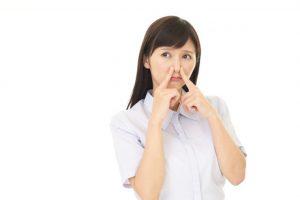 鼻を抑える女性看護師