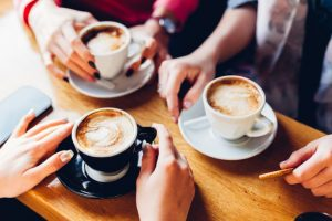 カフェの午後のティータイムを楽しむ人たち