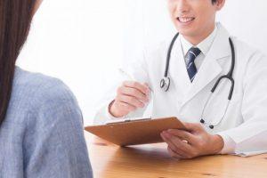 診断書を書いている男性医師