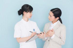 カウンセリングをする女性看護師と女性患者