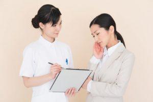 看護師に悩みを相談する女性