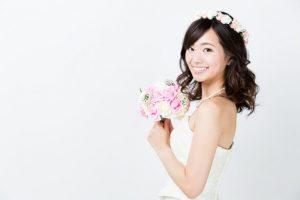 花束をもった笑顔の女性
