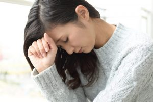 難しい問題に頭を悩ましている女性