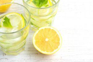 机に置かれたレモン水