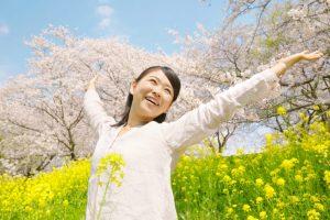 春到来の喜びを全身で表現する女性