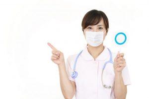 丸を出して案内する女性看護師