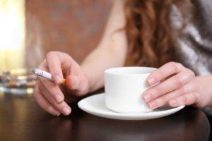 タバコとコーヒーをたしなむ女性