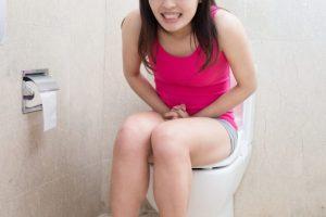 トイレで踏ん張っている女性