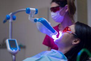 ホワイトニング施術を受ける女性