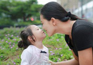 母親とキスをしようとしている少女