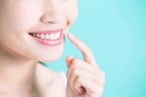 自慢の歯を指さす女性