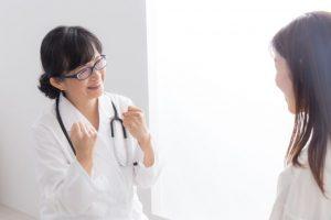 カウンセリングを行う女性看護師