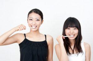 2人そろって歯を磨く女性たち