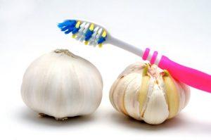 ニンニクの上に置かれた歯ブラシ