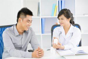 女性医者と男性の患者が話している