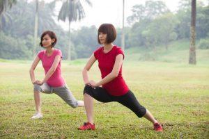 公園でストレッチを行う女性2人