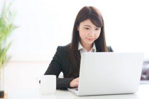 パソコン作業をしている女性