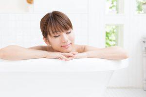 お風呂に浸かっている女性