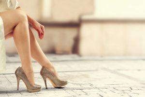 グレイのハイヒールをはいている女性の足
