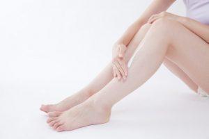 足にクリームを塗っている女性の下半身の写真