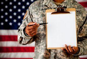 紙をペンを持っている軍人