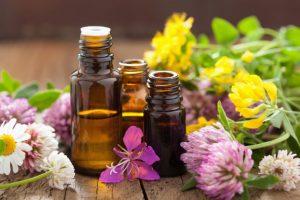 マッサージオイルと花々