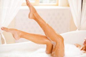 泡風呂から脚を出している女性