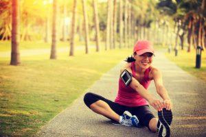 ストレッチをしている女性ランナー