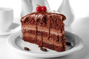 白いお皿に乗った美味しそうなケーキ