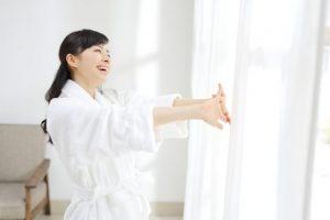 白いバスローブを纏った女性