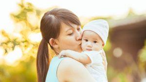 赤ちゃんにキスをする母