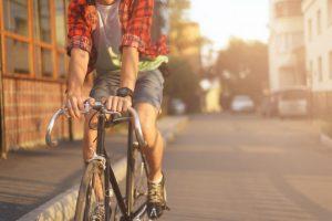 自転車に乗っている男性